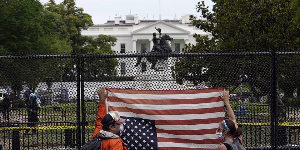 buruma161_Drew AngererGetty Images_usprotestusflagwhitehouse