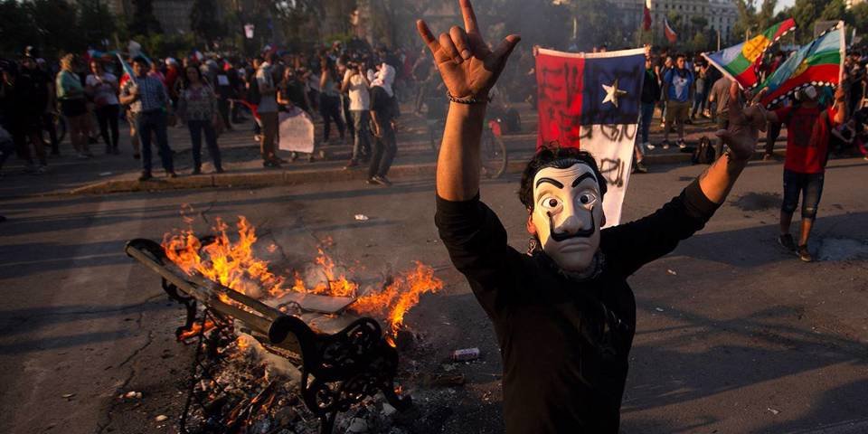 velasco98_CLAUDIO REYESAFP via Getty Images_santiagoprotestmaskfire