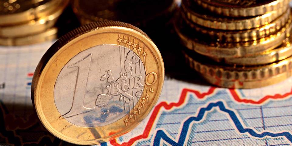 heise15_GettyImages_eurocoinontwolinegraph