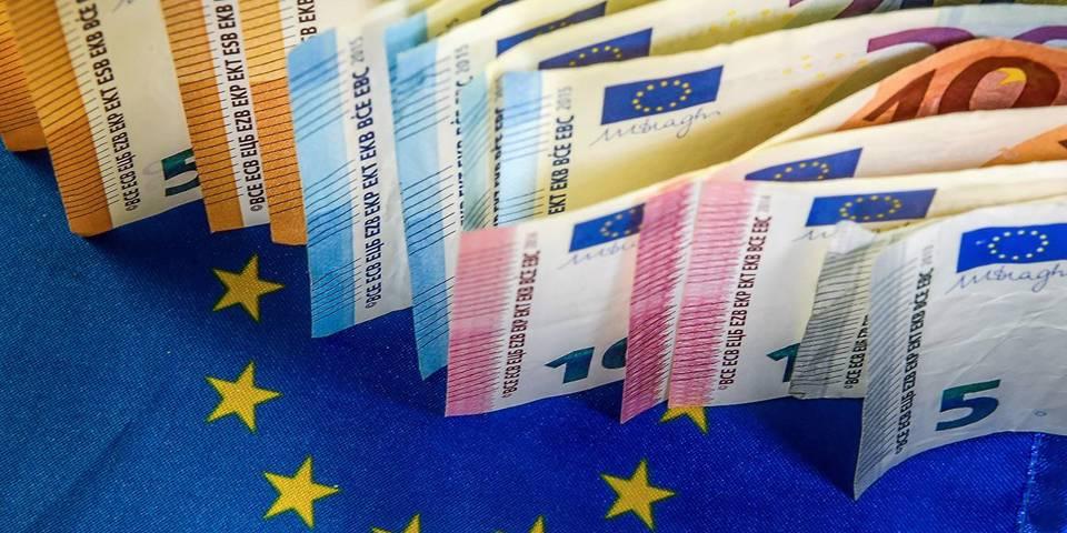 blanchard15_PHILIPPEHUGUENAFPGettyImages_eurobanknotesbyEUflag