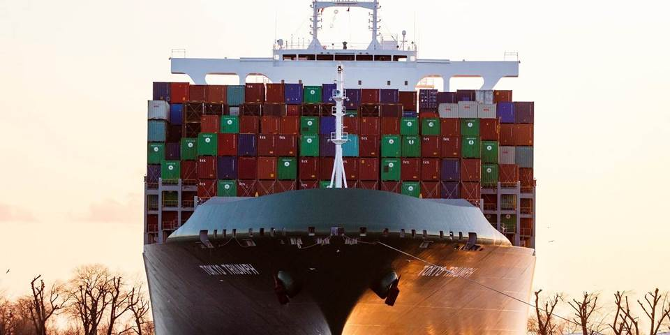 A container ship leaves Hamburg port