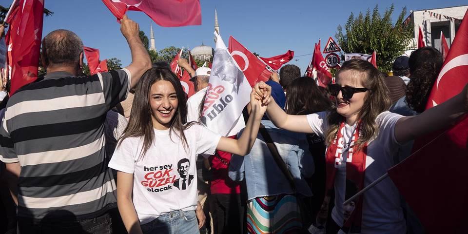 solana107_ValeriaFerraroSOPAImagesLightRocketviaGettyImages_turkishelectionwomencelebrating
