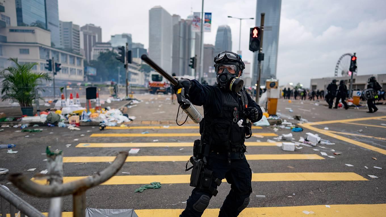 pei51_AnthonyKwanGettyImages_hongkongpoliceofficerprotests