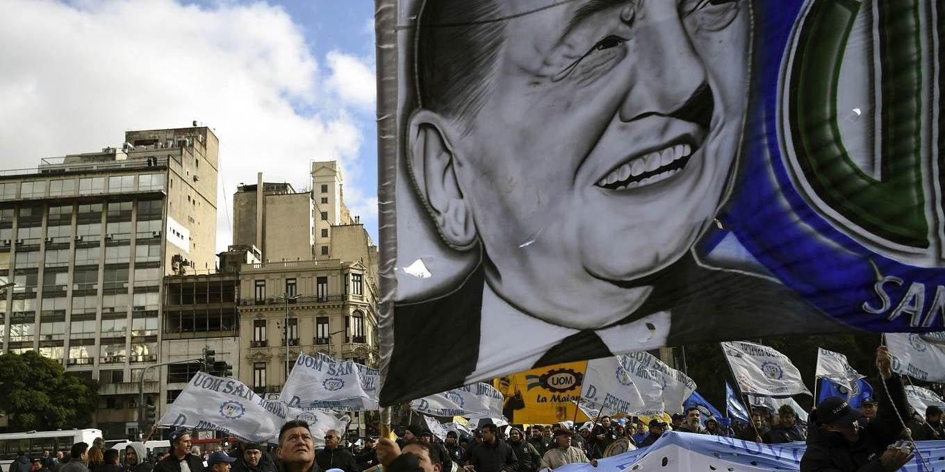 Thousands of protesters from the provinces and from the suburbs of the Argentine capital march towards the Plaza de Mayo in Buenos Aires
