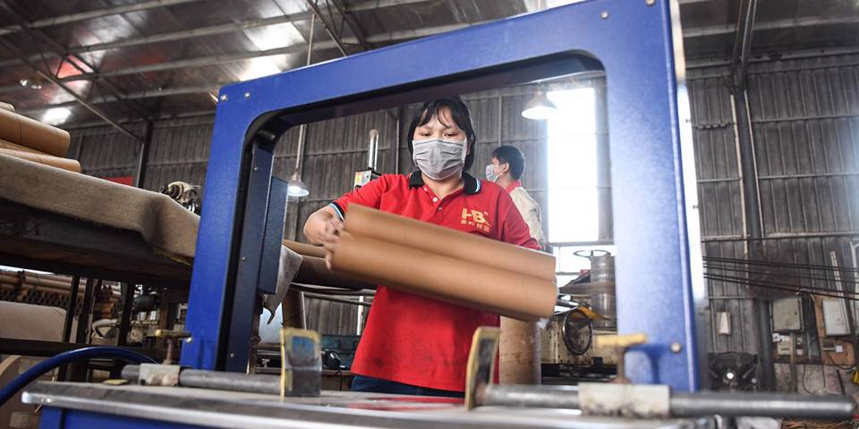 roach113_XinhuaZhang Ailin via Getty Images_coronaviruschinaeconomyfactoryworker